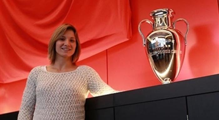 Telma Monteiro junto a Taça Campeões Europeus Futebol