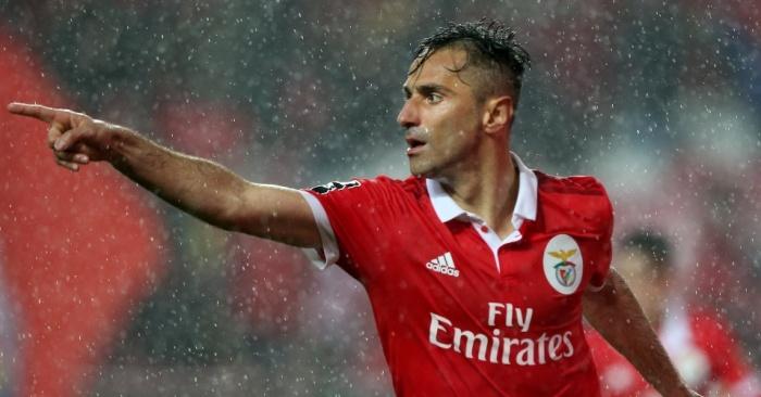 jonas-comemora-um-de-seus-tres-gols-pelo-benfica-contra-o-maritimo-1520121042714_956x500